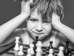 Enfant jouant aux échecs