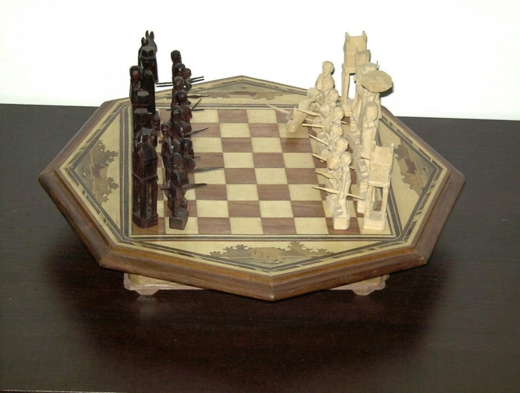 Echiquier malgache en bois sculpté vue complète