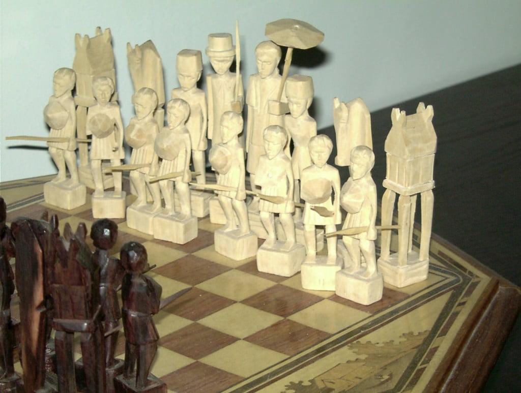 Echiquier malgache en bois sculpté vue sur les pions