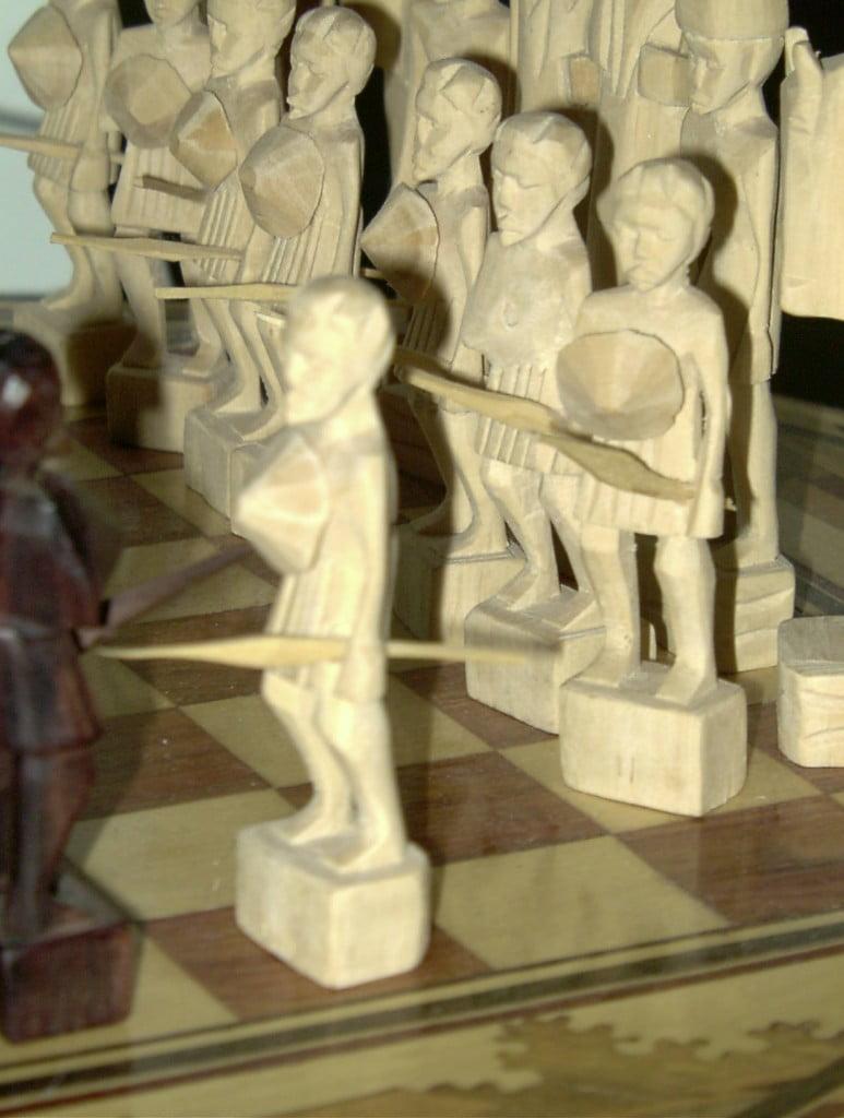 Echiquier malgache en bois sculpté zoom sur les pions