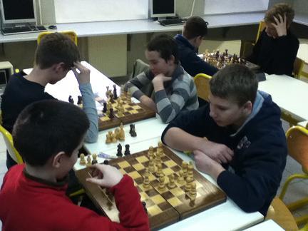 De jeunes joueurs d'échecs dans un club