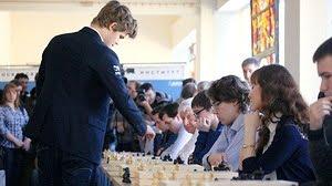Magnus Carlsen joue une simultanée