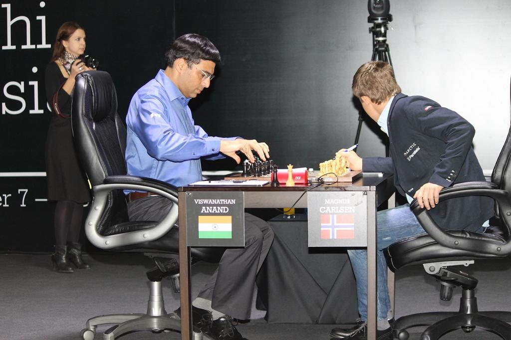 Anand ajuste les pièces partie 7 contre Carlsen