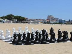 Joueur aux échecs sur la plage pendant vos vacances d'été
