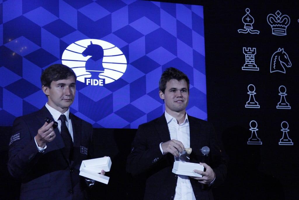 Magnus Carlsen et Sergey Karjakin pendant tirage des couleurs 2016
