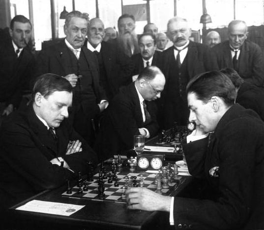 Alexandre Alekhine joue contre Edgard Colle en 1925