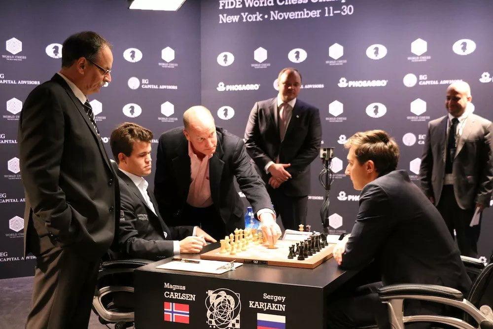 Carlsen Karjakin et Woody Harrelson 2016 partie 1