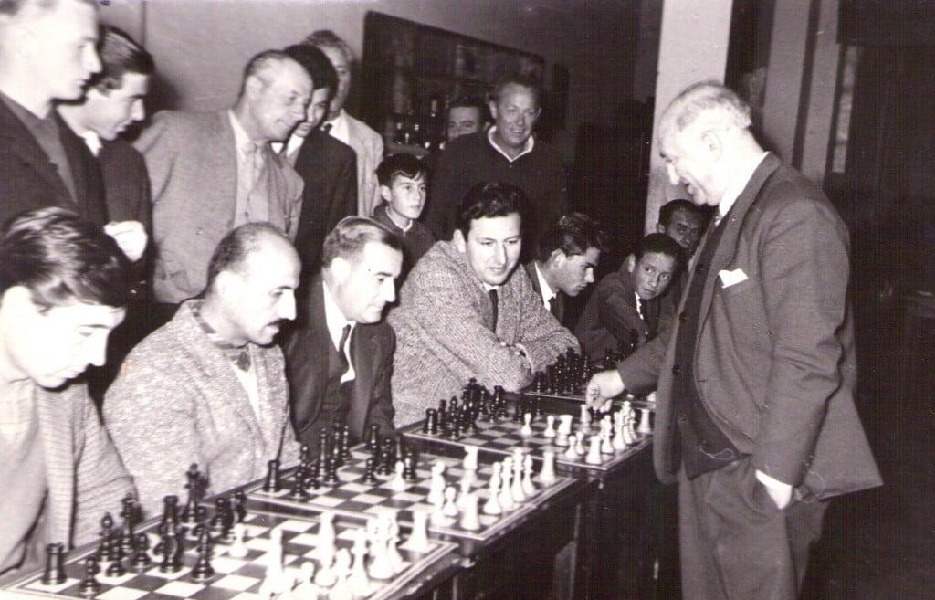 Miguel Najdorf joue simultanée échecs