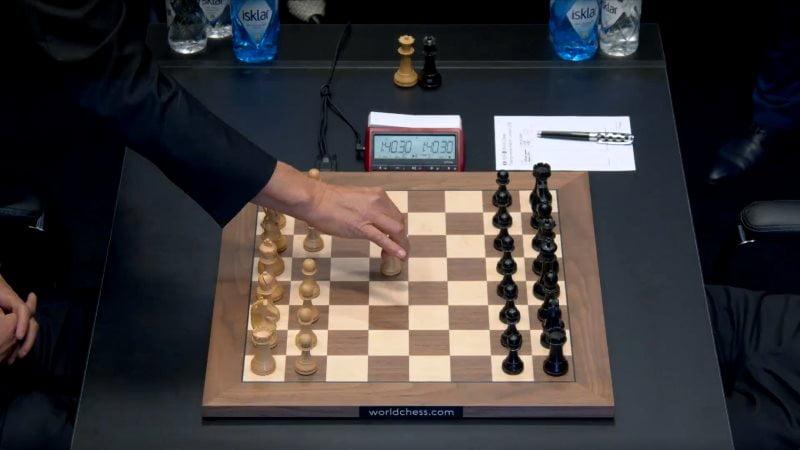 Championnat du Monde d'échecs 2018 partie 1 premier coup