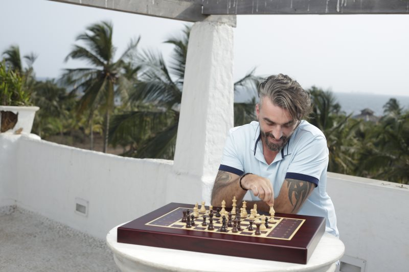 Mathew joue aux échecs avec l'échiquier Square Off