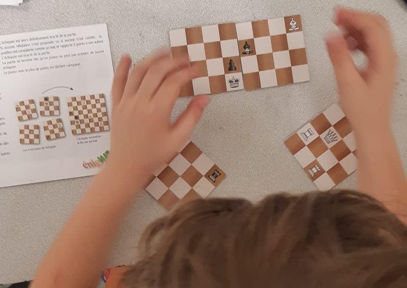 Un enfant joue à EnigMat