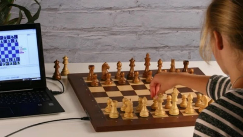Jouer aux échecs en ligne sur un échiquier